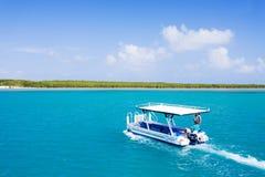 在巨大障碍的商业旅游船航行 免版税图库摄影