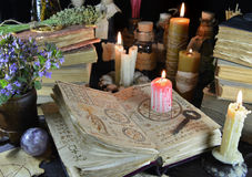 在巫婆书的血淋淋的蜡烛 免版税库存照片