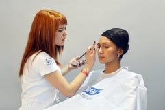 在巫术师期间的Intercharm秋天莫斯科XXI国际香料厂和化妆用品陈列大师化妆师显示一个年轻人 免版税库存照片