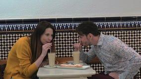 在巴伦西亚咖啡馆的夫妇尝试的horchata  股票视频