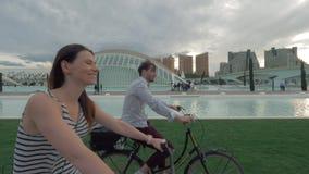 在巴伦西亚,西班牙的放松的自行车游览 影视素材
