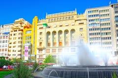 在巴伦西亚,镇h香港大会堂的现代主义广场的喷泉  免版税库存照片