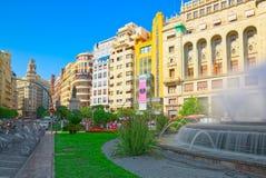 在巴伦西亚,镇h香港大会堂的现代主义广场的喷泉  图库摄影