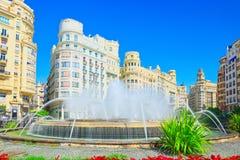 在巴伦西亚,镇h香港大会堂的现代主义广场的喷泉  免版税图库摄影