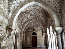 在巴勒斯坦太阳下的老石寺庙 免版税图库摄影
