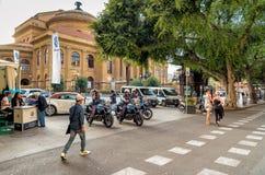 在巴勒莫维持在自行车的岗位治安在著名歌剧院剧院马西莫维托里奥Emanuele前面 免版税库存照片
