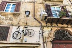 在巴勒莫,西西里岛,意大利骑自行车垂悬在老墙壁上 免版税库存图片