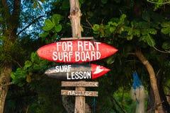 在巴厘岛冲浪在Jimbaran海滩,其中一种的教训标志普遍的吸引力,印度尼西亚 库存照片