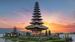 在巴厘岛印度尼西亚的Ulun Danu寺庙日落的 股票录像
