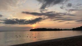 在巴厘岛,印度尼西亚,亚洲一个热带海岛上的壮观的海洋日出  特写镜头 橙色太阳,海滩,热带 股票视频