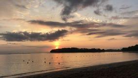 在巴厘岛,印度尼西亚,亚洲一个热带海岛上的壮观的海洋日出  特写镜头 橙色太阳,海滩,热带 股票录像