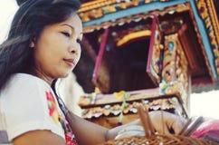 在巴厘语仪式期间的美丽的印度妇女 免版税库存照片