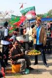 在巴基斯坦pti集会街道之外的食物卡&#25289 免版税图库摄影