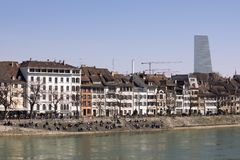 在巴塞尔市,在莱茵河的银行的大厦的看法 可看见的摩天大楼罗氏塔 巴塞尔瑞士 r 石隆门1 库存照片
