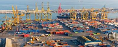 在巴塞罗那港的起重机和容器  库存照片