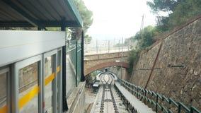 在巴塞罗那隧道的缆索铁路的运输 蓝色高速公路路天空速度运输 下来Goind 股票录像