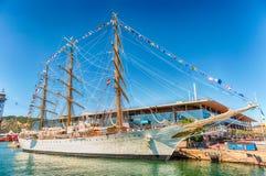 在巴塞罗那,卡塔龙尼亚, S港的三被上船桅的帆船  库存图片