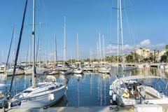 在巴塞罗那,西班牙港的小船  库存照片