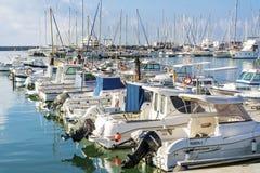 在巴塞罗那,西班牙港的小船  免版税库存图片
