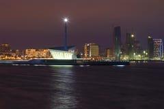 在巴库海湾的一座现代灯塔 夜巴库,阿塞拜疆 库存照片