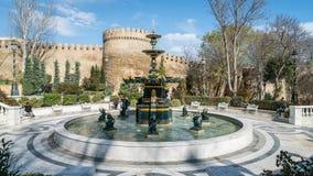 在巴库,阿塞拜疆浇灌有小天使的金黄室外喷泉 免版税库存图片