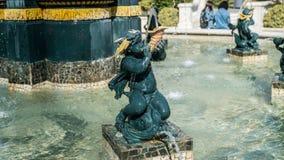 在巴库,阿塞拜疆浇灌有小天使的金黄室外喷泉 图库摄影