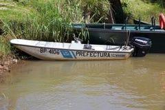 在巴拉圭和阿根廷边界的小船沿Paranà 河 免版税库存图片