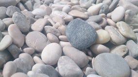 在巴斯卡海滩的石渣在克罗地亚 图库摄影