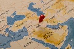 在巴格达,世界地图的伊拉克的一个别针 免版税库存照片