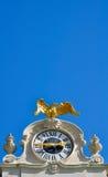 在巴洛克式的老鹰金黄手表上面 免版税库存图片