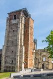 在巴洛克式的门近的修道院塔的看法在Sint Truiden -比利时 库存图片