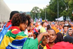 在巴西的旗子覆盖的一个女孩的画象 在.eps文件,分别地编组每个元素 库存照片
