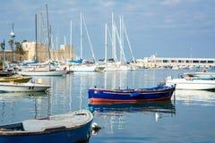 在巴里旅游港口停泊的小船水平的看法  免版税图库摄影