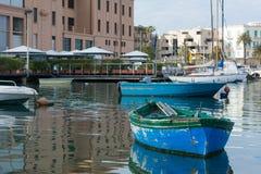 在巴里旅游港口停泊的小船水平的看法  免版税库存照片