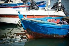 在巴里旅游港口停泊的小船水平的看法  图库摄影
