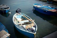 在巴里旅游港口停泊的小船水平的看法  免版税库存图片