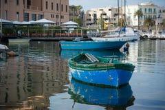 在巴里旅游港口停泊的小船水平的看法  库存照片