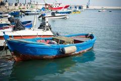 在巴里旅游港口停泊的小船水平的看法  库存图片