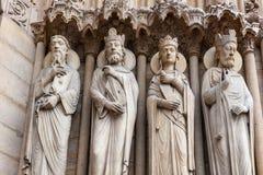 在巴黎圣母院外面的被雕刻的人的图,巴黎,法国 免版税库存图片