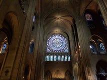 在巴黎圣母院里面 免版税库存照片