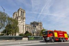 在巴黎圣母院附近的消防队员卡车在巴黎 免版税库存照片