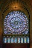 在巴黎圣母院cathe里面的北部罗斯污迹玻璃窗 免版税图库摄影