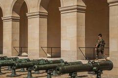 在巴黎守卫战士在荣军院的内在庭院里 免版税库存照片