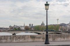 在巴黎桥梁的街灯 库存图片