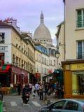 在巴黎街上的蒙马特人群 库存照片
