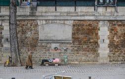 在巴黎街道上的无家可归的人  免版税库存照片