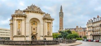 在巴黎门的看法有城市钟楼的在里尔-法国 库存图片