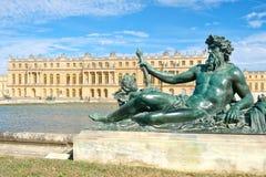 在巴黎附近的皇家凡尔赛宫在一个美好的夏日 免版税图库摄影