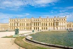 在巴黎附近的皇家凡尔赛宫在一个美好的夏日 免版税库存图片
