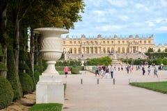 在巴黎附近的皇家凡尔赛宫在法国在一个美好的夏日 免版税库存图片